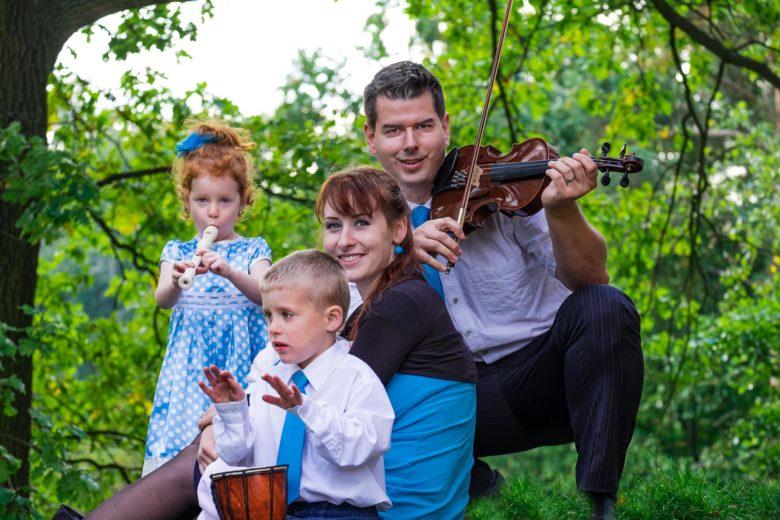 Focení hudební rodinky v zámeckém parku Čechy pod Kosířem - rodinný a svatební fotograf - www.originalfoto.cz