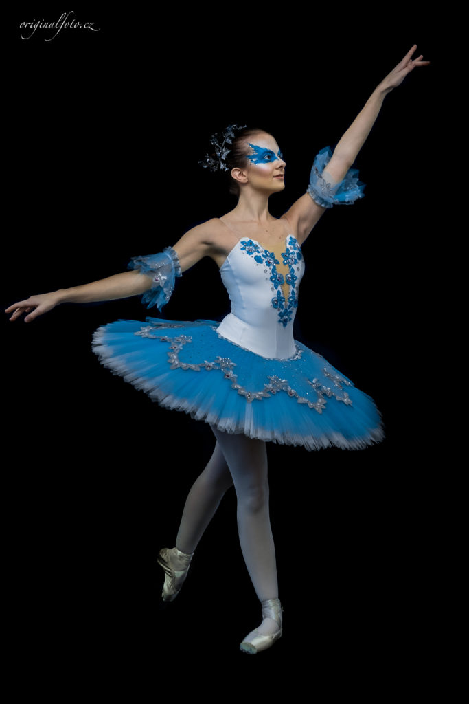 Portrétní focení tančící baletky v modrobílých šatech - www.originalfoto.cz