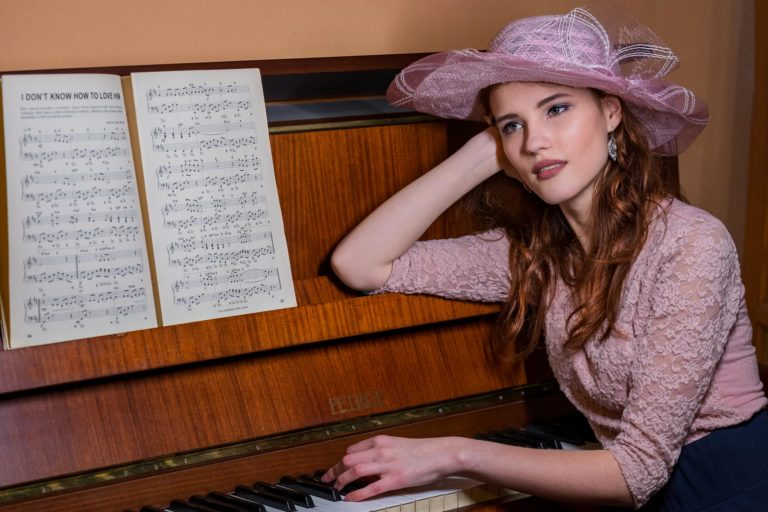 Portrét dívky s klavírem, umělecké foto Jihlava - www.originalfoto.cz